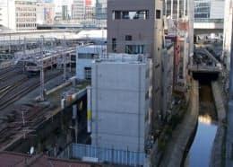 渋谷川(右)沿いの老朽ビルなどを撤去し、水に親しめる空間をつくる