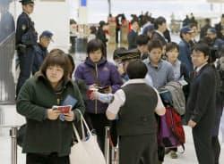 柔道のグランドスラム・パリ大会に向け出発する女子日本代表(5日、成田空港)=共同