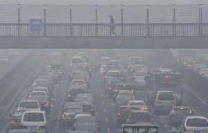 モータリゼーションの急進展も大気汚染の要因の一つ(北京市内)=共同