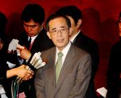 日銀の白川総裁は1月24日、「成長力強化の取り組みがないと金融緩和をやらないということは全くない」と述べた。(任期満了前の辞職を表明する総裁。2月5日、日銀本店)