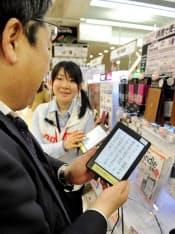 店頭で電子書籍端末の説明を聞く筆者(東京・新宿のビックロ)