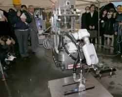 東芝が福島原発向け「遠隔除染ロボ」を公開。ドライアイスの粒子を吹き付け、床や壁を除染する(15日、横浜市)