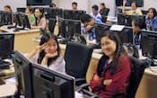 フィリピン・マニラ首都圏にある米EXLサービスの拠点で研修を受ける若い従業員たち