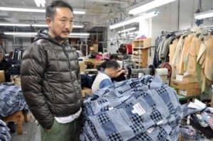 ファッションの世界の壁を打ち破り、ニューヨークで異彩を放つ鈴木大器氏。オフィスを構えるビルの階上の製造工場で全商品を生産する。「ぼくの衣料品はメード・イン・ニューヨーク」。ちなみに工場のオーナーは中国人で、高級デザイナーの作品製造に特化、サンプル品や高級衣料品の少量生産も手がける。「うちの他には