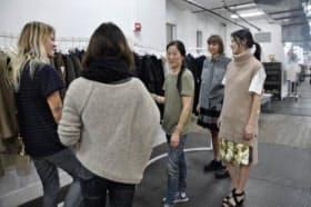 アレキサンダー・ワンらを発掘したステラ・石井さん(中央)。商品を見に来たセレクトショップのバイヤーに、デザイナーにかわって商品説明をする。モデルに商品を着せ、コーディネートも行う
