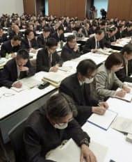 東京都内で開催された、PM2.5に関する国と自治体の連絡会に出席した関係者(18日午後)=共同