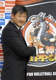 バレーボール男子の日本代表監督に就任し、記者会見でポーズをとるゲーリー・サトウ氏(19日、東京都港区)=共同
