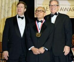 工学分野のノーベル賞とされる「チャールズ・スターク・ドレイパー賞」を受賞した金沢工業大の奥村善久名誉教授(中央、19日、ワシントン)=共同