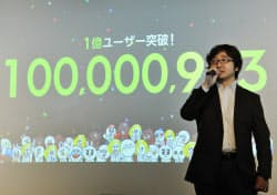 「LINE」の利用者数が1億人を突破し、社員にあいさつするNHNジャパンの森川社長(東京都渋谷区)