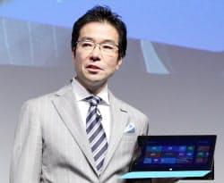 タブレット端末「サーフェス」の発売を発表する日本マイクロソフトの樋口社長(1日、東京都港区)