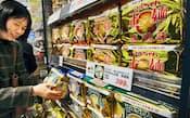 生麺のような食感が人気の「マルちゃん正麺」(東京・板橋のスーパー)
