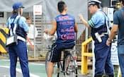 「自転車事故対策」で自転車利用者に注意喚起する警察官(2012年8月、東京都世田谷区)
