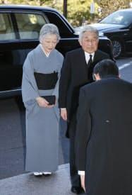 東日本大震災2周年追悼式の会場に到着された天皇、皇后両陛下(11日午後、東京都千代田区の国立劇場)