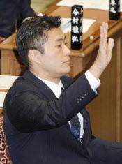 衆院予算委で質問のため挙手する民主党の細野幹事長(7日午後)