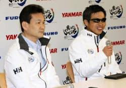 記者会見する全盲のセーラー岩本光弘さん(右)とニュースキャスターの辛坊治郎さん(13日午後、東京・新宿)=共同
