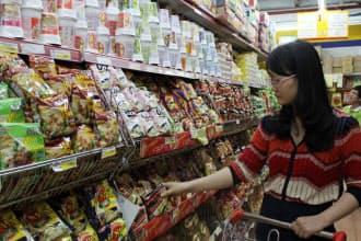 現地スーパーの棚にはエースコックの即席麺がずらりと並ぶ(ハノイ市)