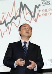 各社の音声接続率を示すグラフを前に、会見するソフトバンクの孫社長