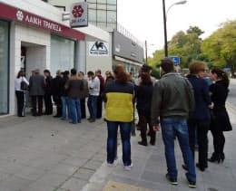 一部の銀行ATMでは現金を引き出すための行列が連日発生している(キプロス・ニコシア)