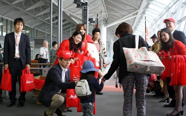 中部空港に就航したエアアジア・ジャパンの客室乗務員らが搭乗客を歓迎した(31日午後、愛知県常滑市)