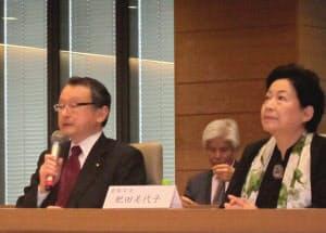 電子書籍にまつわる出版社の権利について提言を発表する中川正春議員(左)(4日、東京・千代田)
