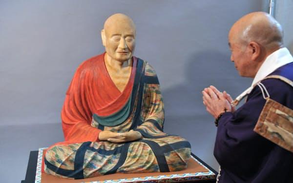 彩色が終わり奈良時代の姿がよみがえった唐招提寺の国宝・鑑真和上坐像の模像(4日、京都市下京区)