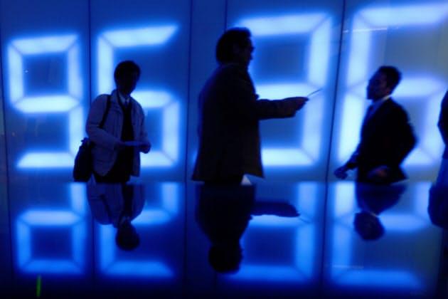 元為替ディーラーによるセミナー終了後、会場を出る個人投資家ら。40席があっという間に埋まり、熱心な質問が飛び交った(東京都港区の外為どっとコム)