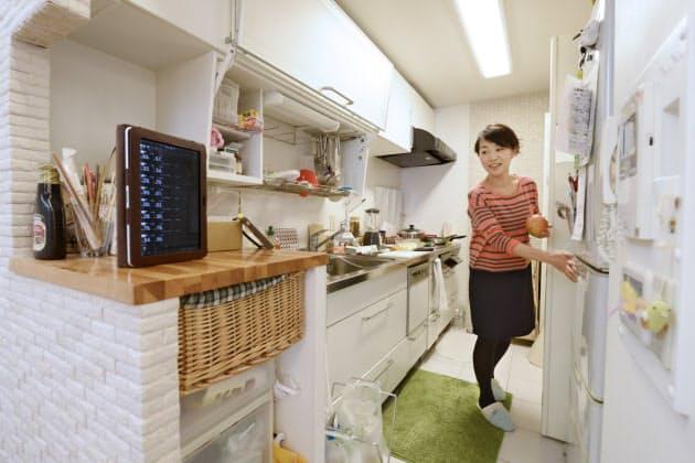 ロンドン市場が開く夕食の支度時、台所で相場の流れをチェックする奈那子さん。一晩で300万円を失ったサブプライム危機以降、取引は慎重になった(大阪府内)