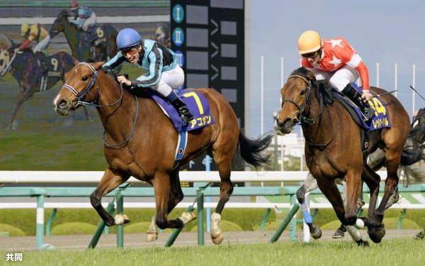 競馬のG1、第73回桜花賞で優勝したアユサンと2着のレッドオーヴァル(7日、阪神競馬場)=共同