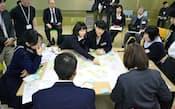 2012年12月に開かれた「高校生熟議」で、スマホの問題点を討論する高校生たち(東京都中央区)