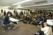 報道関係者150人が集まった堀江氏の会見はネットで生中継された