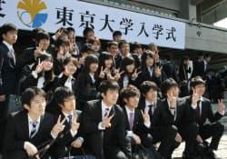 東京大学の入学式前に記念写真に納まる新入生(12日、東京都千代田区)
