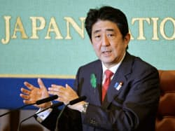 日本記者クラブで開かれた記者会見で、再生医療の実用化を推進する方針を表明した安倍首相(19日、東京・内幸町)=共同