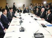 経済財政諮問会議で安倍首相は日本型資本主義の模索を指示した(18日、首相官邸)