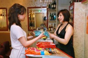 クラブなどにおつまみを配達する銀座チャームのサービスは、前年同月比で1割増収ペース(東京都中央区の銀座プラネッツアクア)