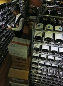 歓楽街のビルの一室にあるカクヤスの「ワインセラー銀座」。クラブなどから高級ワインの注文が増えている(東京都中央区)