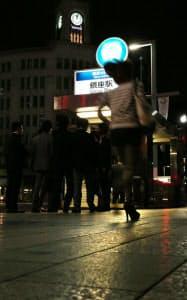 午前0時過ぎの銀座、終電間際の駅へ人々が流れ込む(東京都中央区)