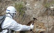 中間貯蔵施設の設置に向け地質調査を行う調査員(23日午後、福島県大熊町)