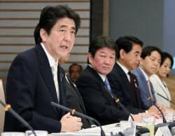 産業競争力会議であいさつする安倍首相(23日、首相官邸)