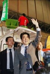 「ニコニコ超会議2」の自民党ブースを訪れ、来場者に手を振る安倍首相