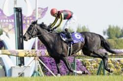 春の天皇賞で優勝したフェノーメノ(28日、京都競馬場)=共同