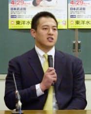柔道全日本選手権を前に開かれた記者会見で、引退を表明する穴井隆将(28日午後、東京都文京区の講道館)=共同