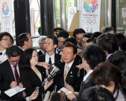 五輪招致を巡る米紙発言について、記者の質問に答える猪瀬東京都知事(30日、都庁)