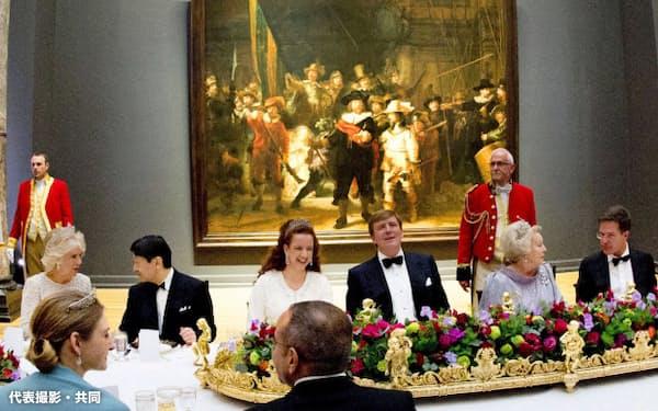 オランダ女王主催の晩さん会で、英国のチャールズ皇太子のカミラ夫人(左端)と懇談される皇太子さま(29日、アムステルダム)=代表撮影・共同
