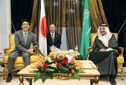 サウジアラビアのサルマン皇太子(右)との首脳会談に臨む安倍首相(4月30日、ジッダ)=代表撮影・共同