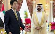 アラブ首長国連邦(UAE)のムハンマド首相(右)との会談に臨む安倍首相(2日、ドバイ)=代表撮影・共同