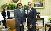 4月23日、米ホワイトハウスで会談後、カタールのハマド首長(手前左)と並ぶオバマ大統領=UPI・共同