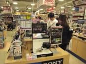 高性能コンデジへの注目度は高い(東京・新宿のビックロ ビックカメラ新宿東口店)