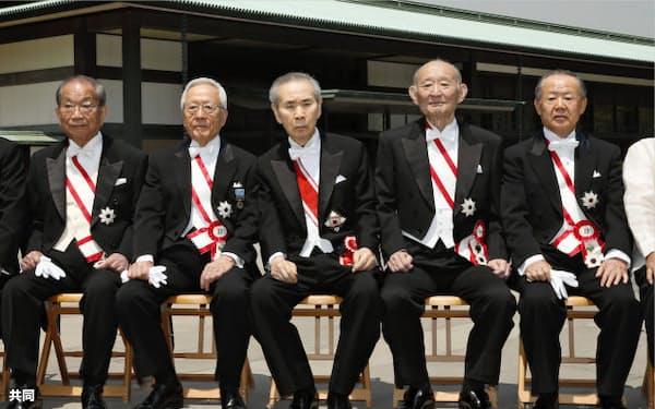 大綬章の親授式を終え、記念写真に納まる羽田孜元首相(中央)ら(9日、宮殿・東庭)=共同