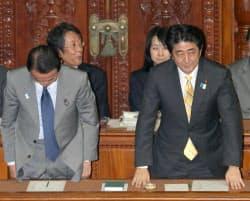 衆院本会議で2013年度予算が成立し、一礼する安倍首相(右)と麻生財務相(15日)