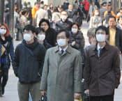 環境基準超過が予測され、街中ではマスク姿の人が目立った(5日、福岡市中央区)